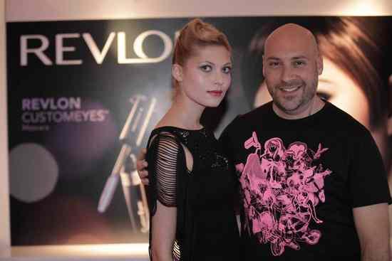 ערן פאל עם הדוגמנית המציגה את מראה האיפור הראשון