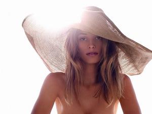 """פרסומת של חברת קלרינס למוצרי ההגנה מהשמש שלהם. צילום: דיוויד מוריס, יח""""צ"""