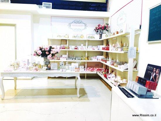 חנות המפעל של ספרינג פרפיון באבן יהודה